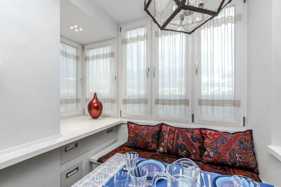 Дизайн длинной узкой кухни с балконом.