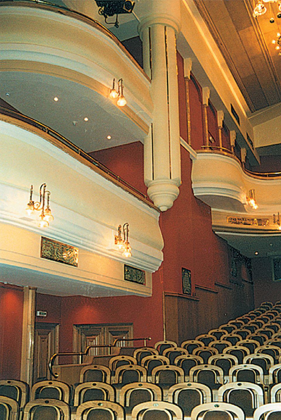 продукт непременно театр новая опера фото зала кадрах постельных сценах